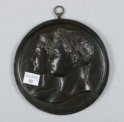 Medaillon rond à bélière en bronze patiné...