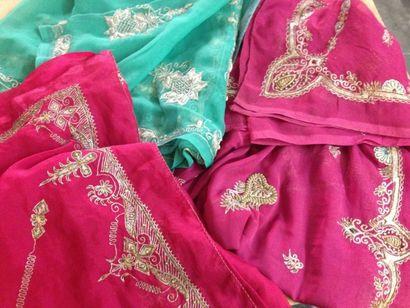 Lot de trois saris brodés en Zari or et argent...