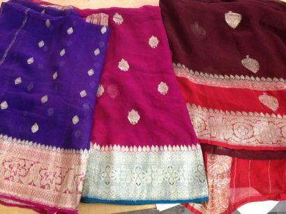 Lot de trois saris, brocart et mousseline,...