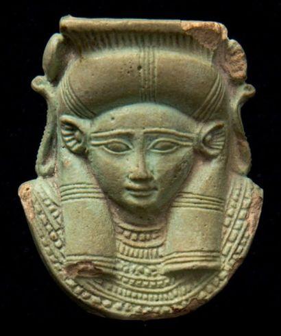 Petite tête de sistre à tête d'Hathor. Elle...