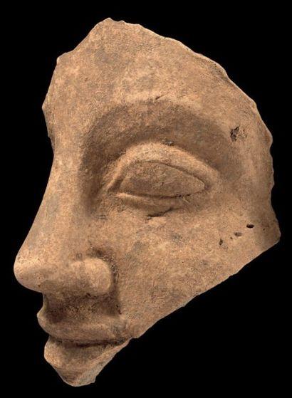 Fragment de visage féminin. Terre cuite ocre....