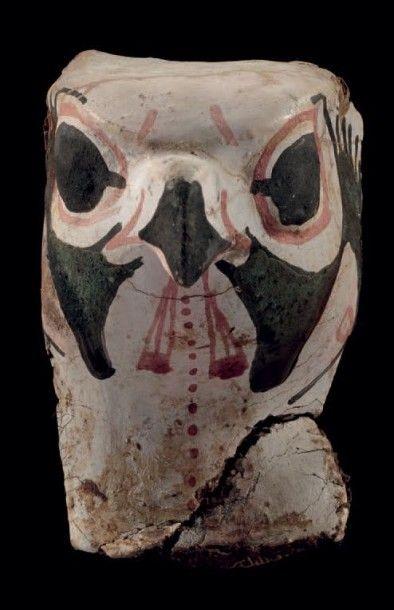 Masque de momie de faucon. Fêlure et taches....