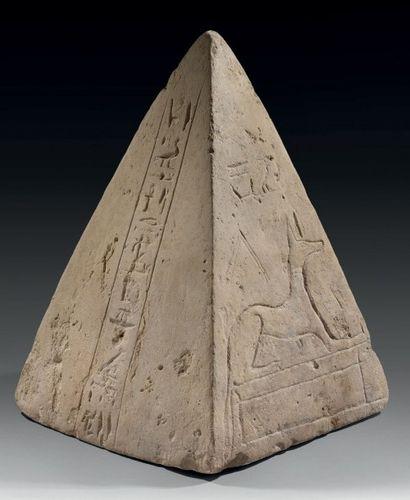 Pyramidion inscrit sur deux faces d'une colonne...