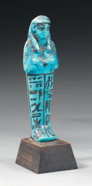 Oushebti inscrit sur deux colonnes ventrales...