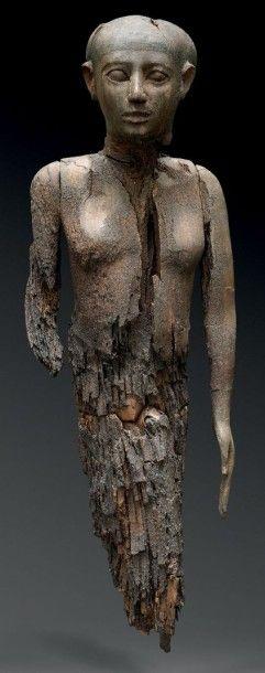Statue d'un dignitaire debout. Il est repré-senté...
