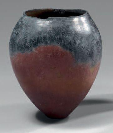 Vase à panse ovoïde et fond plat. Céramique...