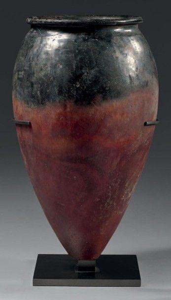 Vase à panse tronconique, petite lèvre concave...