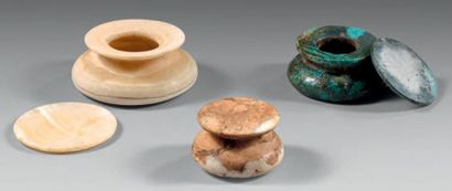Rare ensemble de trois vases et leurs couvercles....