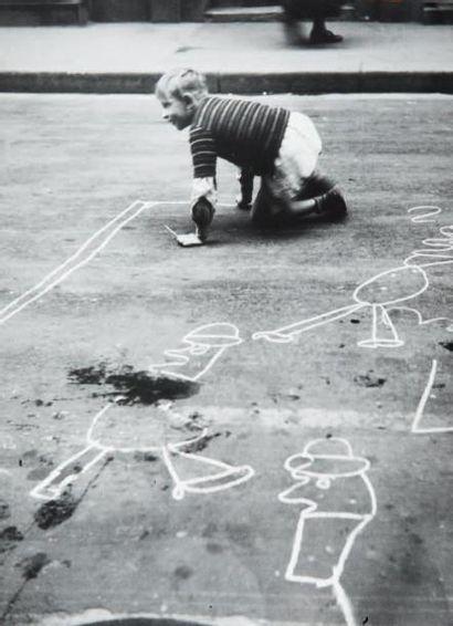 Enfant, dessin sur le trottoir, 1948 Tirage...