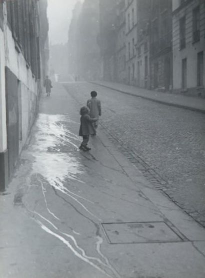 Trottoir aux éclaboussures, 1947 Tirage gélatino-argentique...