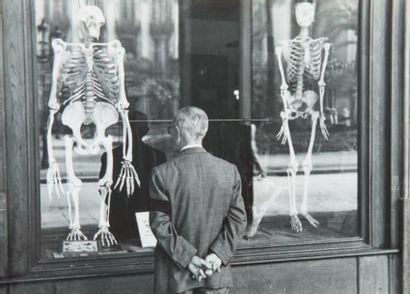 Homme aux squelettes, 1950 Tirage gélatino-argentique...
