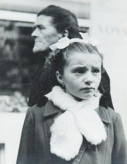 Petite fille triste, 1948 Tirage gélatino-argentique...