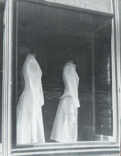 Vitrine aux robes, 1948 Tirage gélatino-argentique...
