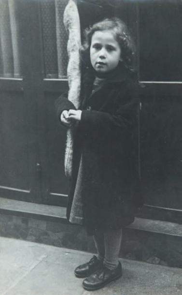 Petite fille à la baguette, 1948 Tirage gélatino-argentique...