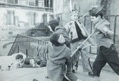 Bataille d'enfants, 1953 Tirage gélatino-argentique d'époque par l'auteur, mention...