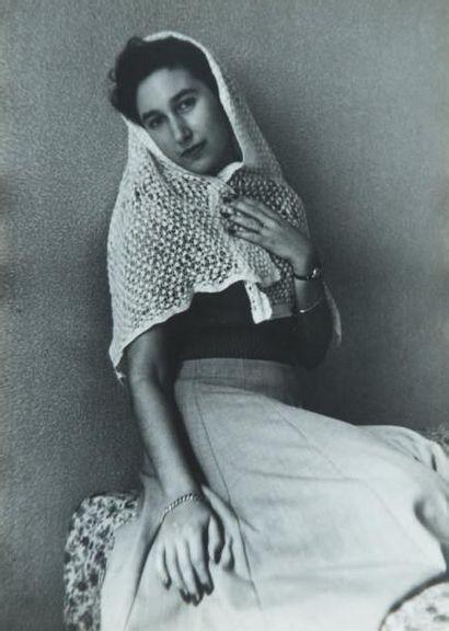 Femme au châle, 1951 Tirage gélatino-argentique...