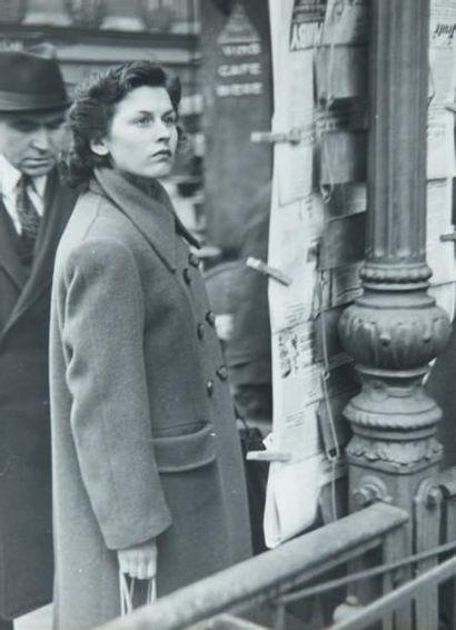 Femme contemplative aux journaux, circa 1950...