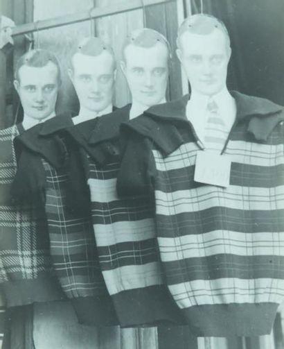 Pulls sur cintres aux visages, 1948 Tirage...