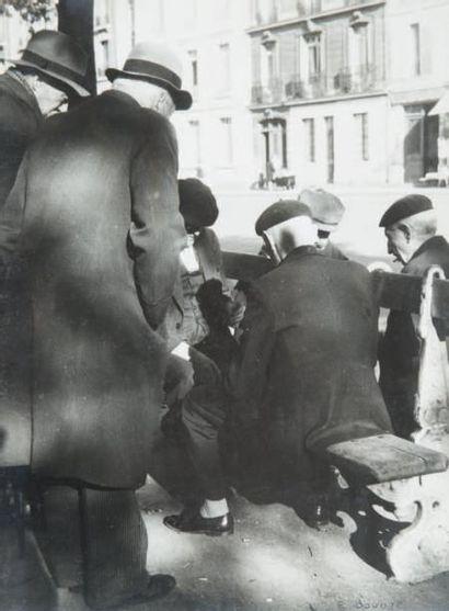 Vieux monsieurs assis sur un banc, 1947 Tirage...