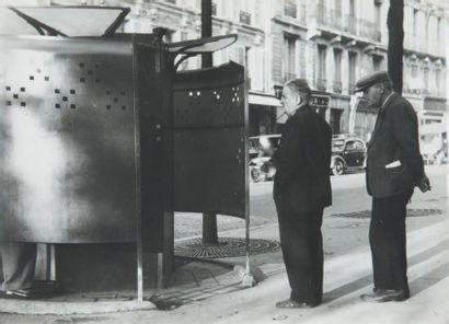 Pissotière, avenue de Clichy, 1948 Tirage...