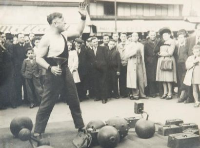 L'homme fort, 1948 Tirage gélatino-argentique...