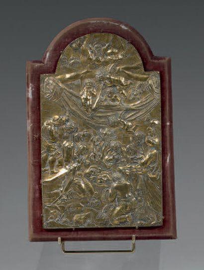 Plaque en bronze ciselé et doré; le fronton représentant Dieu le Père dans des nuées...