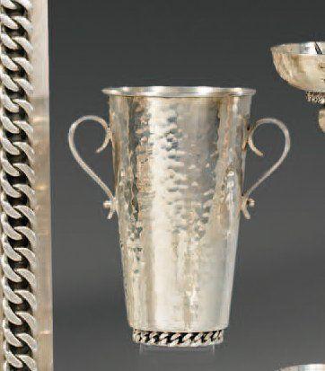 Vase cylindrique en métal argenté martelé,...