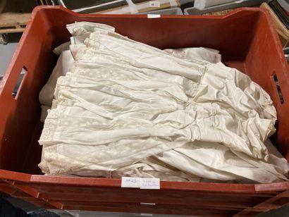 Lot de textiles comprenant une robe de style...