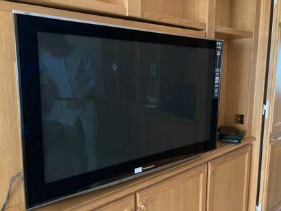 TV Panasonic grand modèle, on y joint un...
