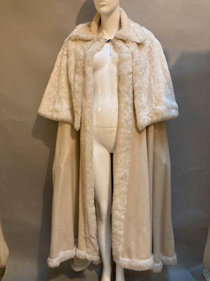 Deux longues capes en fourrure et laine :...