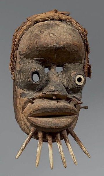 WE (Côte-d'Ivoire) Puissant masque présentant...