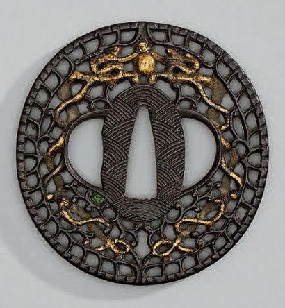 TSUBA en fer ajouré d'un dragon or stylisé,...