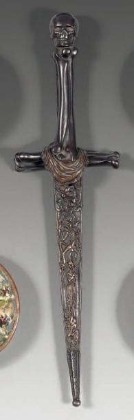 Dague en bronze patiné, décorée d'une vanité, fusée et croisée formées par des tibias...