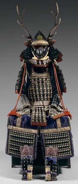 ARMURE Japonaise*. Casque en fer laqué noir...