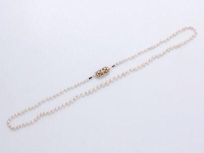 Collier composé d'un rang de perles probablement...