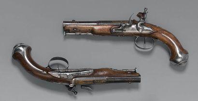 Paire de pistolets d'officier à silex, canons à deux registres à pans puis ronds...