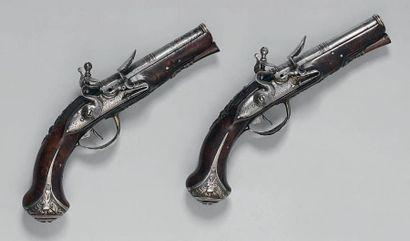 Paire de petits pistolets à silex, canons à deux registres ornés de cannelures,...