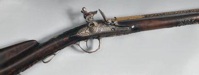 Beau fusil de chasse à silex, mono canon bleui à pans latéraux puis rond, bande...