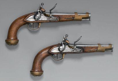 Paire de pistolets à silex de garde du corps du Roi, deuxième modèle, canons à pans...