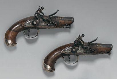 Paire de petits pistolets de gousset à silex, canons ronds à deux registres se terminant...