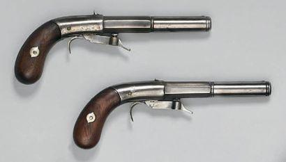 Paire de pistolets à percussion par en-dessous, canons à pans puis ronds, l'un signé...