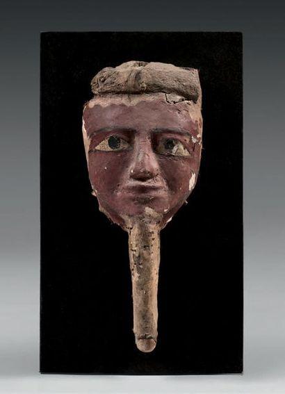Masque de cuve de sarcophage portant un némès...