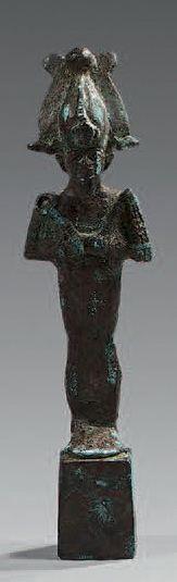 Statuette d'Osiris debout sur une haute base...