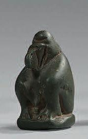 Amulette en forme du babouin Thot assis les...