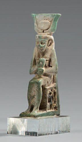 Statuette d'Isis lactans assise sur un trône...