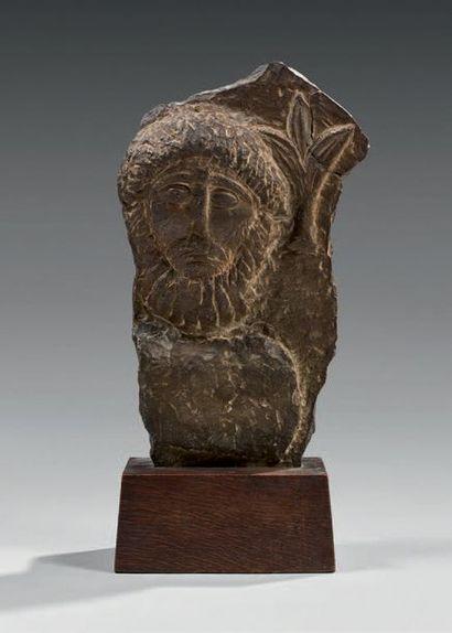 Fragment de stèle présentant un buste d'un...