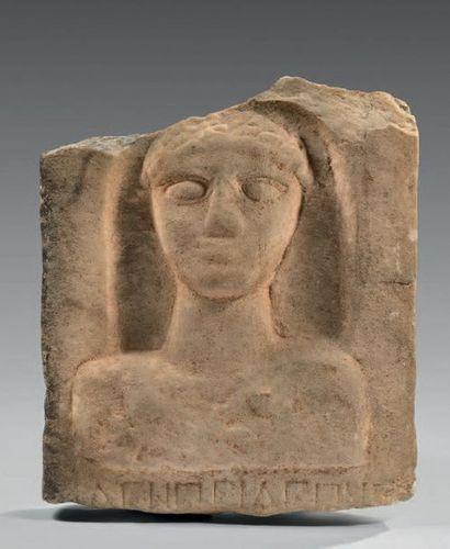 Stèle présentant en bas-relief un buste féminin...