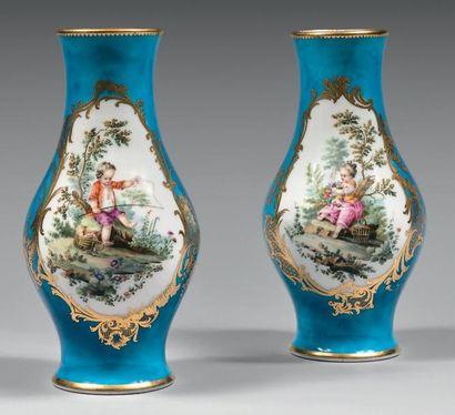 * Paire de vases «urnes antiques» en porcelaine...