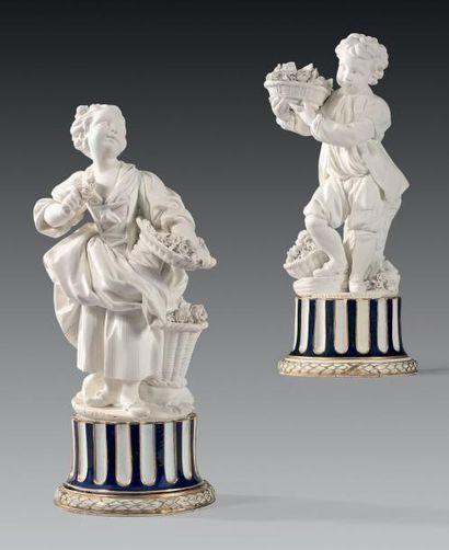 * Paire de statuettes en biscuit de porcelaine...