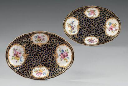 * Paire de compotiers ovales en porcelaine...